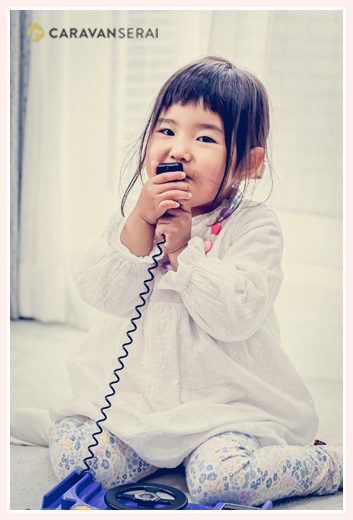 おもちゃの電話で遊ぶ女の子