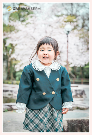 幼稚園入園記念写真 桜の花咲く岡崎公園(愛知県岡崎市)にて 制服
