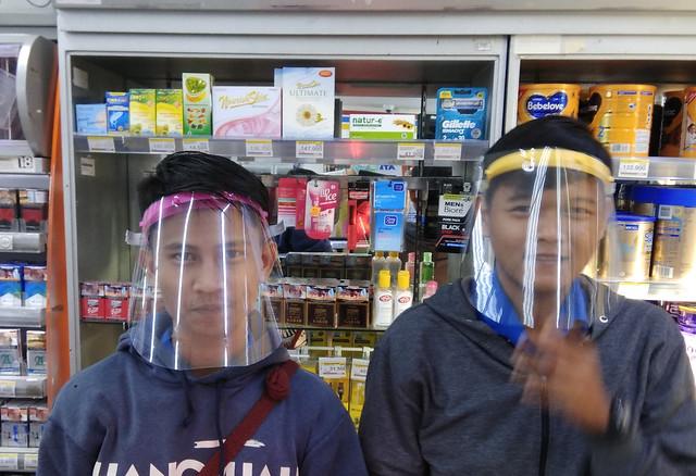 Wajib masker bagi para pedagang ukm dan pekerja sama dengan tambah biaya. Akibatnya masker pakai berulang kali dan menimbulkan resiko. . Selain tenaga medis, para pedagang dan pekerja yg berupaya bertahan menjaga dan menjual kebutuhan dasar menjadi 'praju