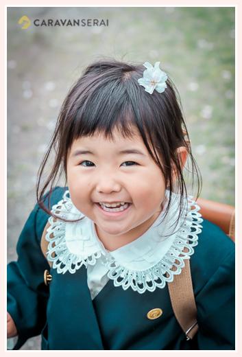 幼稚園入園記念写真 桜の花をヘアアクセサリーに 制服を着て