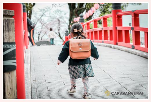 制服を着て通園バッグを背負って入園記念写真 岡崎公園(愛知県岡崎市)