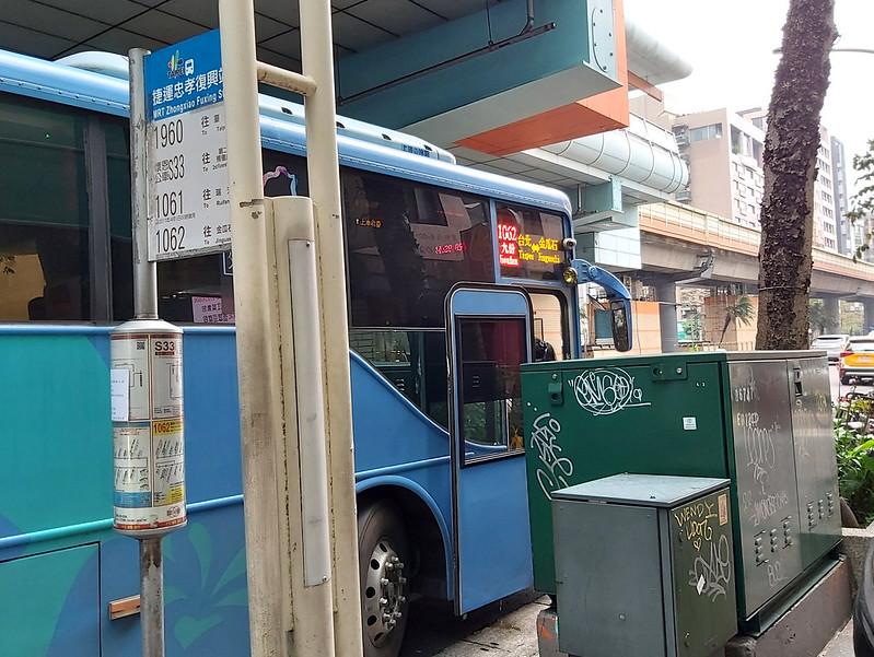 Keelung Bus 1062 bus stop near MRT Zhongxiao Fuxing Station