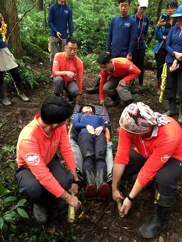 Hiking guides' emergency drills and training. Photo courtesy of LOHAS.