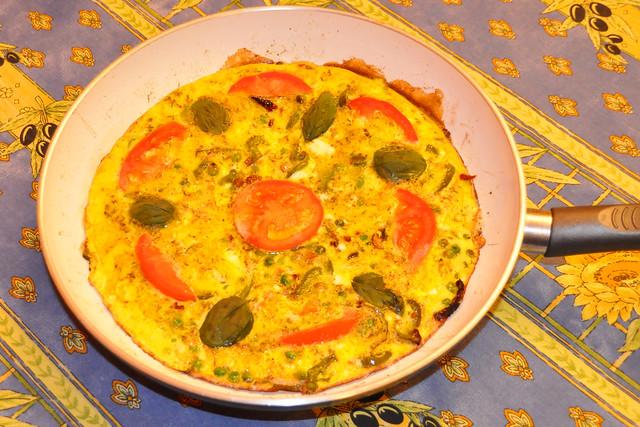 April 2020 ... Gründonnerstag ... Omelett, bunt garniert, mit Rote-Beete-Salat ... Brigitte Stolle