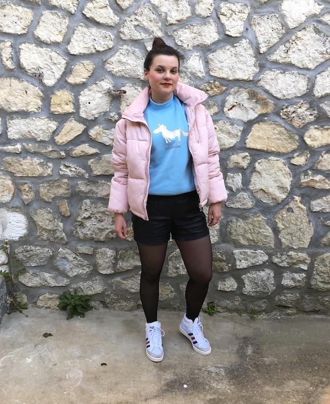 Look en doudoune rose, sweat bleu licorne, short simili et baskets Adidas