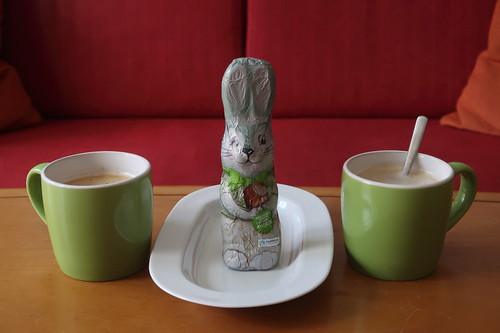 Fairtrade Osterhase aus Vollmilchschokolade mit gehackten Haselnüssen zum Kaffee