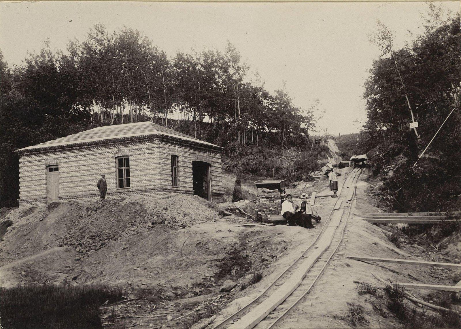 Одно из зданий Хабаровской окружной артиллерийской мастерской и железнодорожный путь