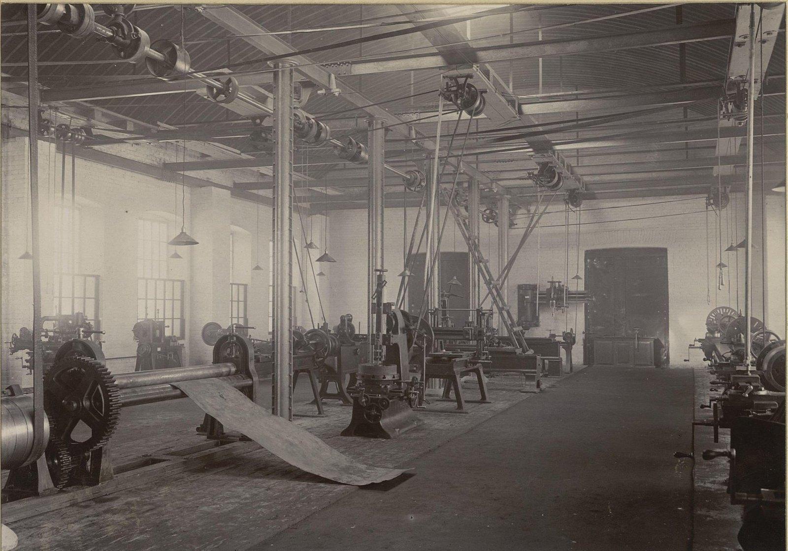 В одном из помещений Хабаровской окружной артиллерийской мастерской.4