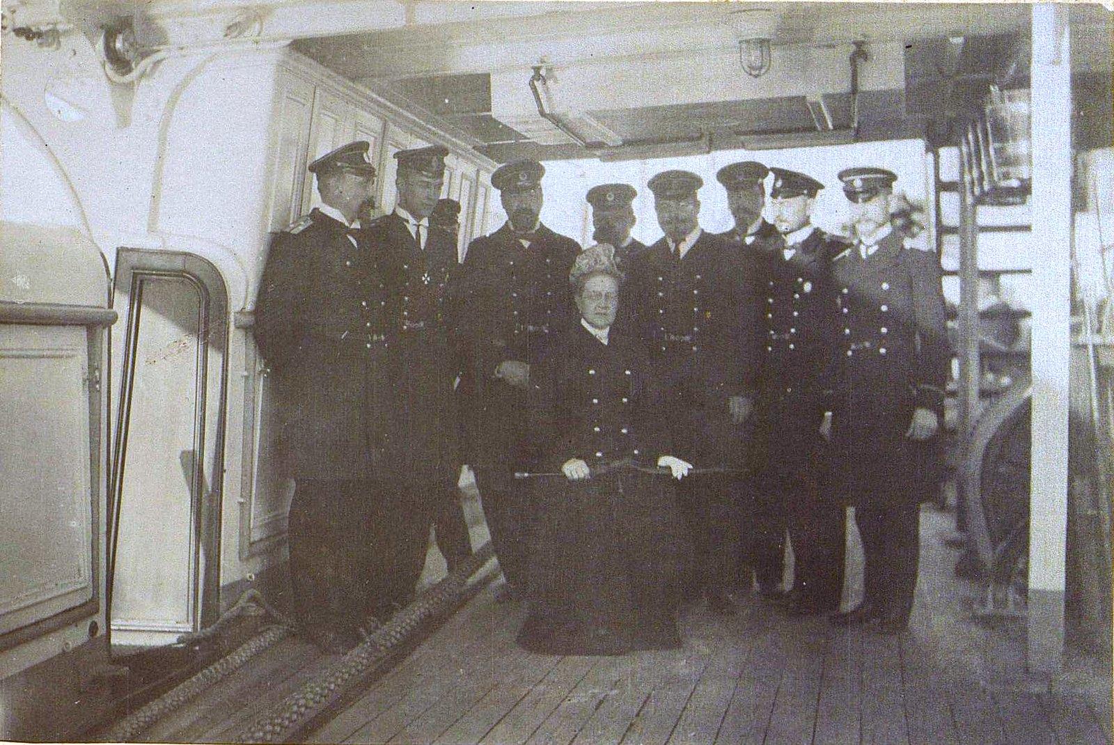 17. Королева Греции Ольга с группой офицеров