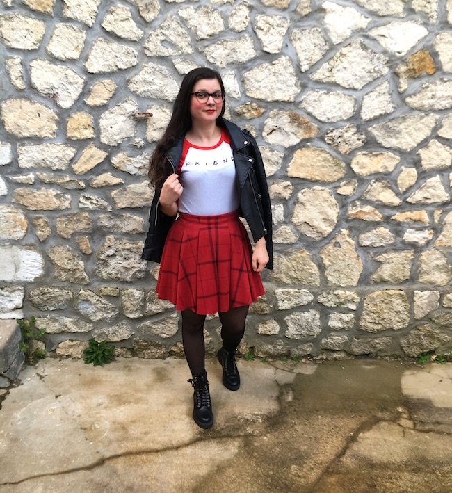 Look perfecto, top Friends, jupe écossaise et bottines à lacets