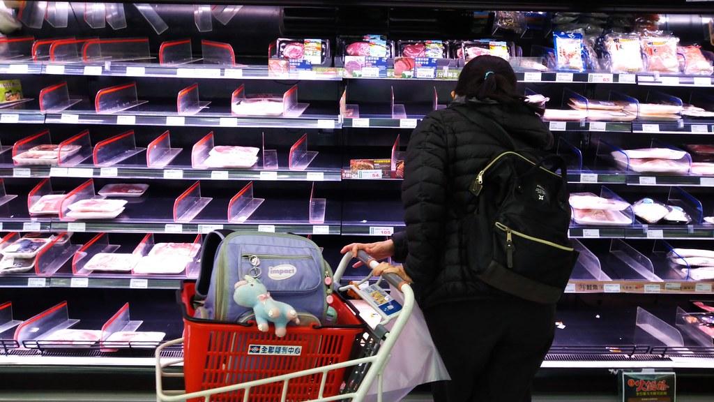 武漢肺炎疫情,超市出現囤貨搶購潮,糧食安全成為重要課題。攝影:陳文姿