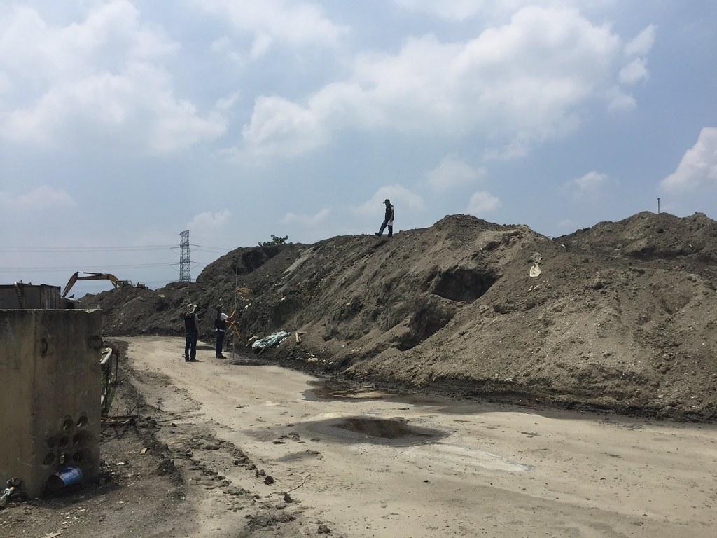 廠區內未經處理的污泥堆積如山。環保署提供