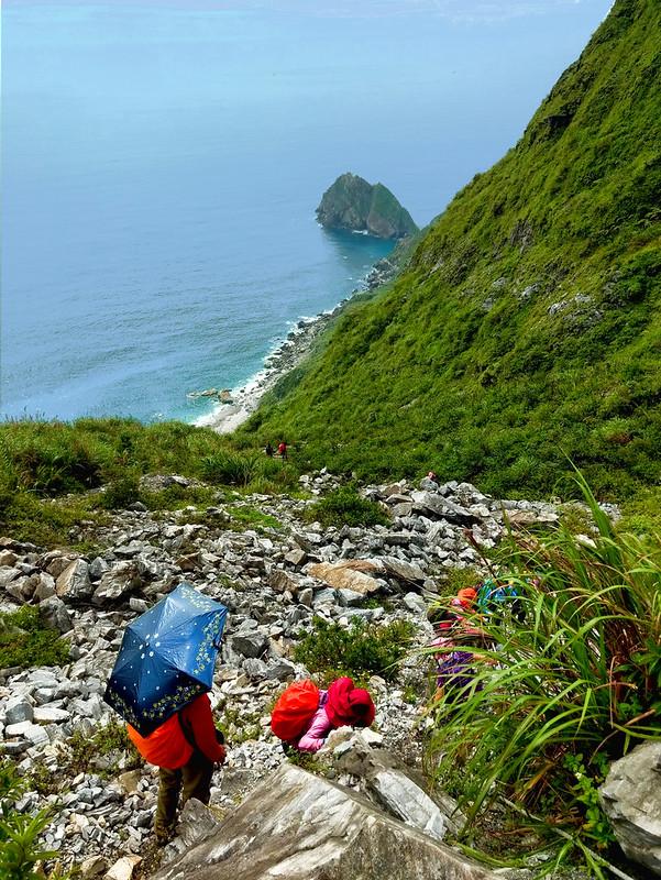 Descending dangerous rock slope to Wuyanjiao 烏岩角 in south Ilan