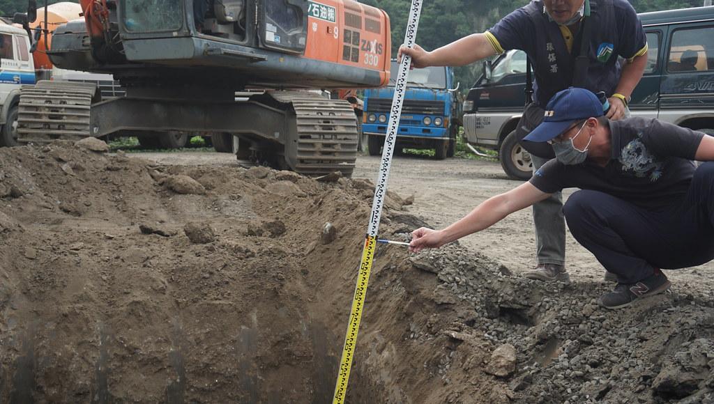 稽查人員量測廢棄物回填深度,最深達7.2公尺。環保署提供