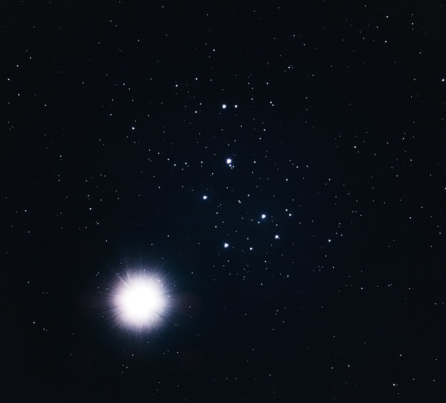 VCSE - A Vénusz (balra lenn a fényes objektum) és a Fiastyúk (a szekér alakú csillagcsoport középtől jobbra és felfelé) szörös megközelítése 2020. április 2-án este - Fridrich János