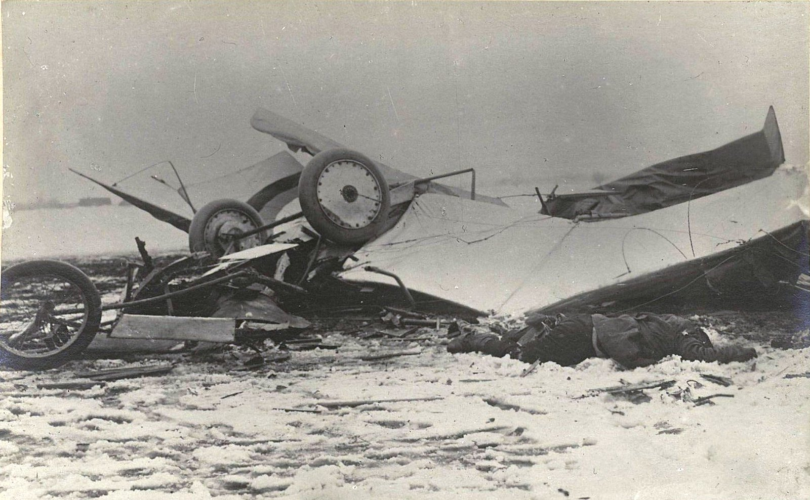 Разбившийся аэроплан и труп лётчика
