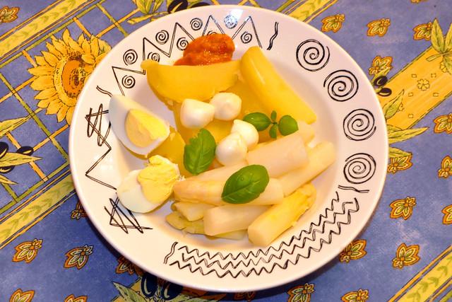 April 2020 ... Spargelgemüse, Kartoffeln, harte Eier, Mozzarella-Kügelchen, Basilikum ... Brigitte Stolle