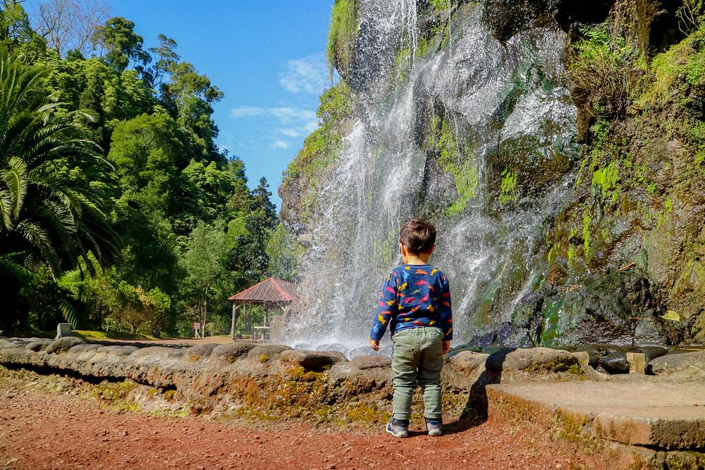 Pequeña cascada de agua en Sao Miguel