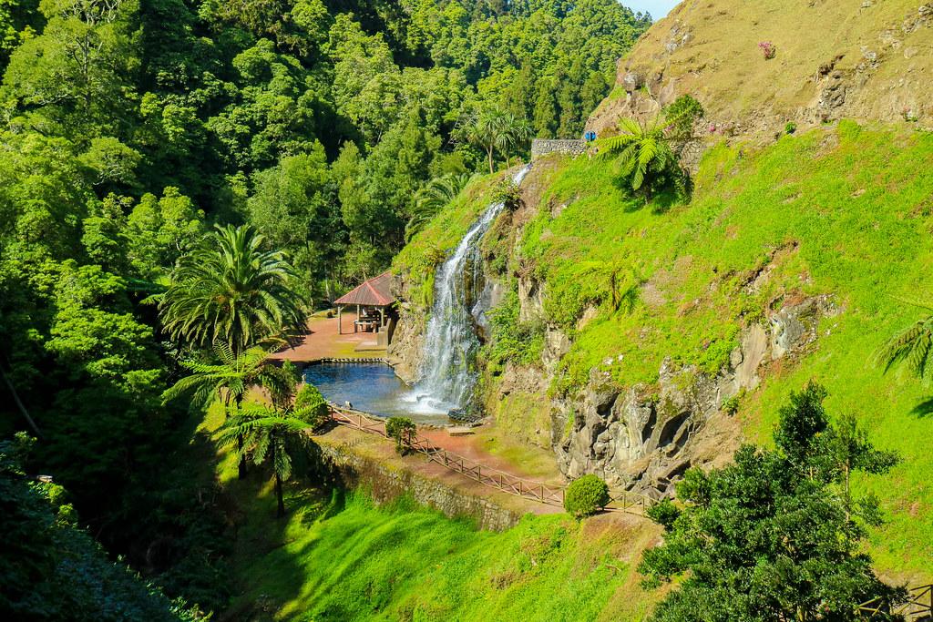 Cascada situada en el interior del parque Ribeira dos Caldeirões