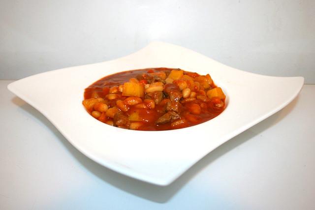 35 - Loubia b'lham - Algerian bean stew with lamb - Side view / Algerischer Bohneneintopf mit Lamm - Seitenansicht