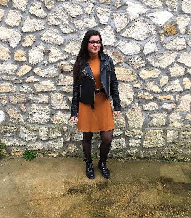 Look perfecto, robe moutarde et bottines à lacets