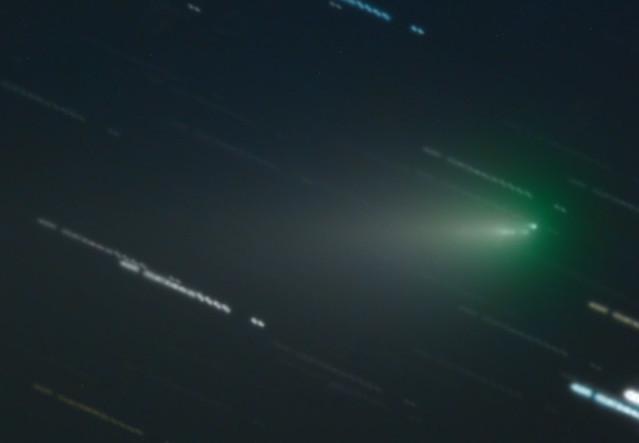 VCSE - A bulgáriai Rozseny Obszervatórium 2 méteres távcsövével készült felvétel a C/2019 Y4 üstökösről (ez volt a 2020. árpilis 16-i APOD egyben). A kép 2020. április 12-én készült. Az obszervatórium 2 méteres és 30,5 cm-es távcsöveinek képeit kombinálták össze. A teljes expozíciós idő 22,5 perc volt. A felvételen kiválóan láthatók az üstökös fragmentálódott darabjai. - Forrás: APOD, Rozhen Observatory