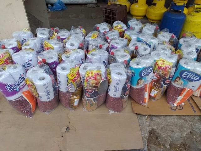 """Die Mitarbeiter*innen des Kinderzentrums """"El Zaite"""" verteilen Lebensmittel"""