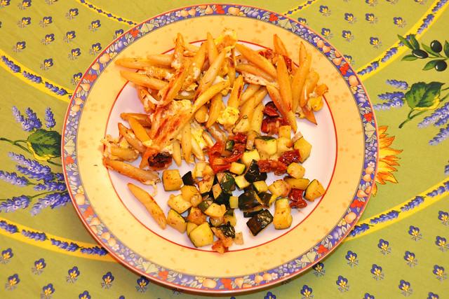 April 2020 ... Goldgelb gebratene Schupfnudeln mit ein und Zucchini-Gemüse ... Brigitte Stolle