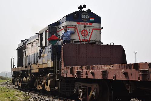 india indianrailways railways rail railroad njp newjalpaiguri darjeelingdistrict siliguri locomotive loco diesel d3300 wdm2b alco nfr northeastfrontierrailway bengal westbengal northbengal nikon nikkor 1855mm