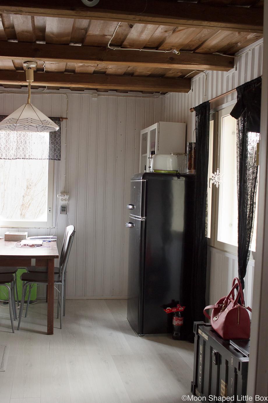 Keittio-tummalla-katolla-makkarin-ovelta