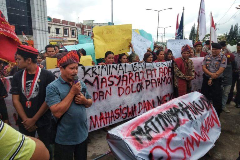 社運人士、原住民與大學生在北蘇門答臘省的法庭外進行陳抗,要求釋放瓊尼與湯姆森・安巴利塔。圖片來源:AMAN