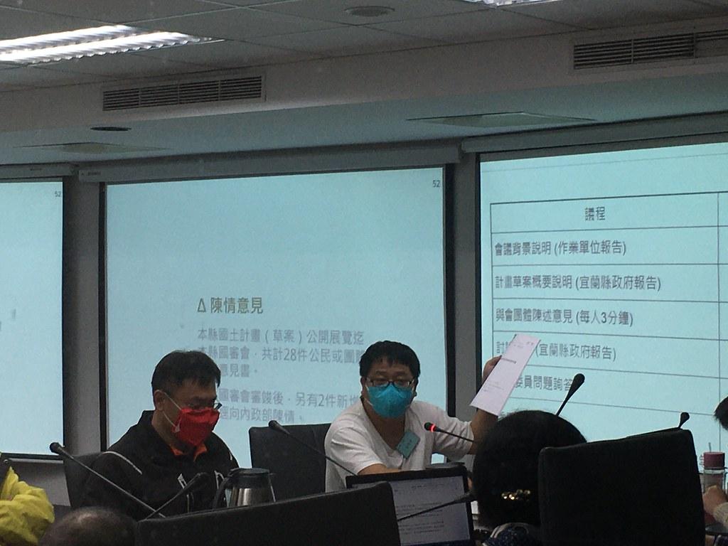 陳情民眾、永侒實業公司經理王則權。攝影:鄭雅云。