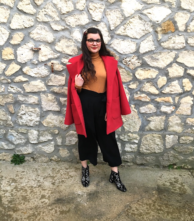look-manteau-rouge-col-roule-moutarde-pantalon-large-blog-mode-la-rochelle