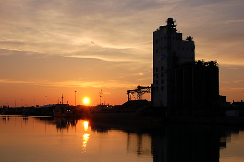 lowestoft lowestoftinnerharbour lakelothing grainsilo suffolk sunset reflection reflectionsinwater reflet evening atardecer water clouds silhouette