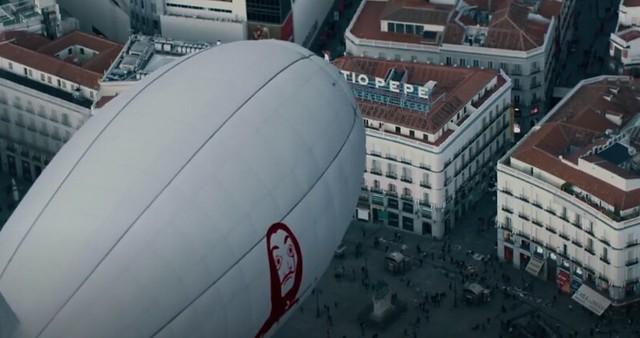 Zeppelin de La Casa de Papel sobrevolando la Puerta del Sol (Localizaciones de La Casa de Papel)
