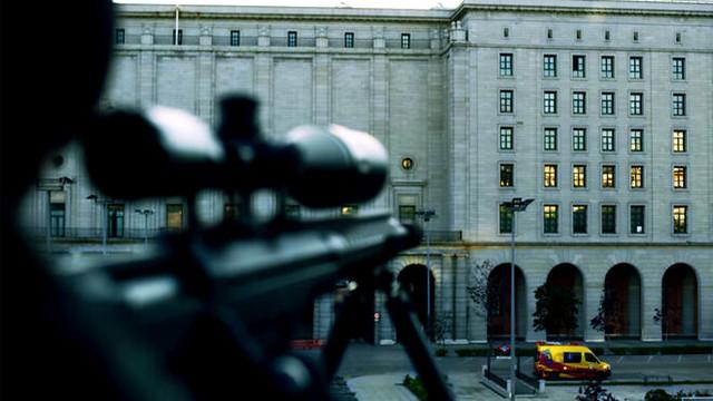 Fotograma de La Casa de Papel (Apuntando con un arma al supuesto Banco de España)