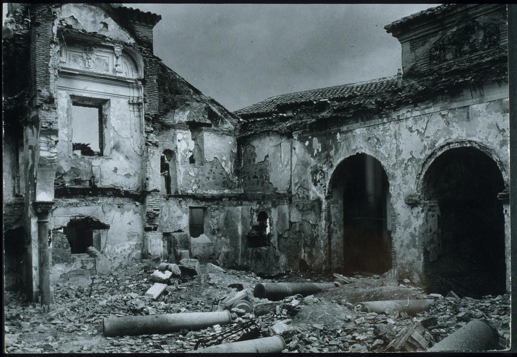Iglesia de San Lorenzo, incendiada y destruida al comienzo de la guerra civil en julio de 1936. Foto Biblioteca Nacional de España.