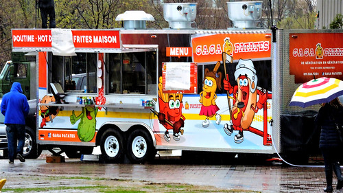Gaga Patates chip truck, depicting anthropomorphized fast food playing hockey