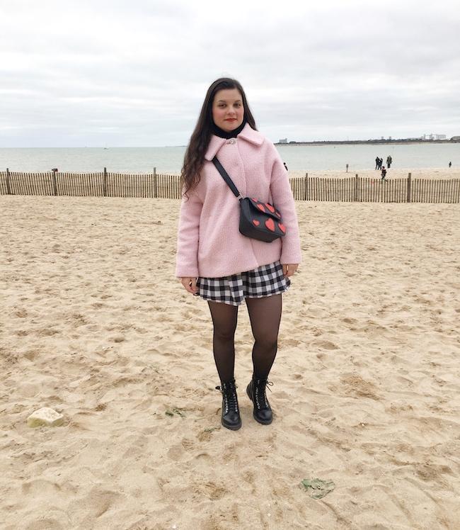 Look manteau rose, robe vichy et bottines à lacets
