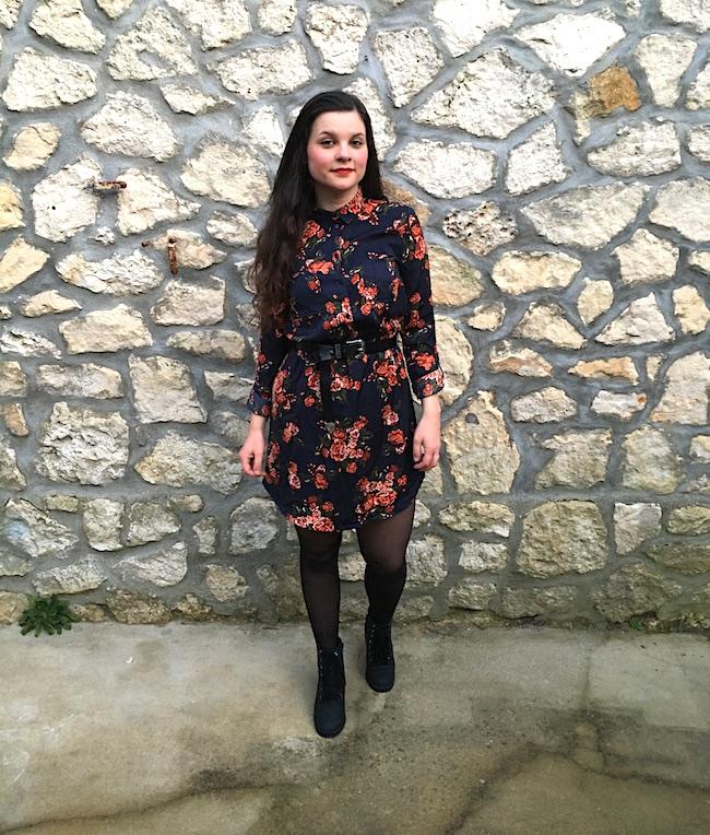 Look robe à fleurs effet satin et bottines à lacets