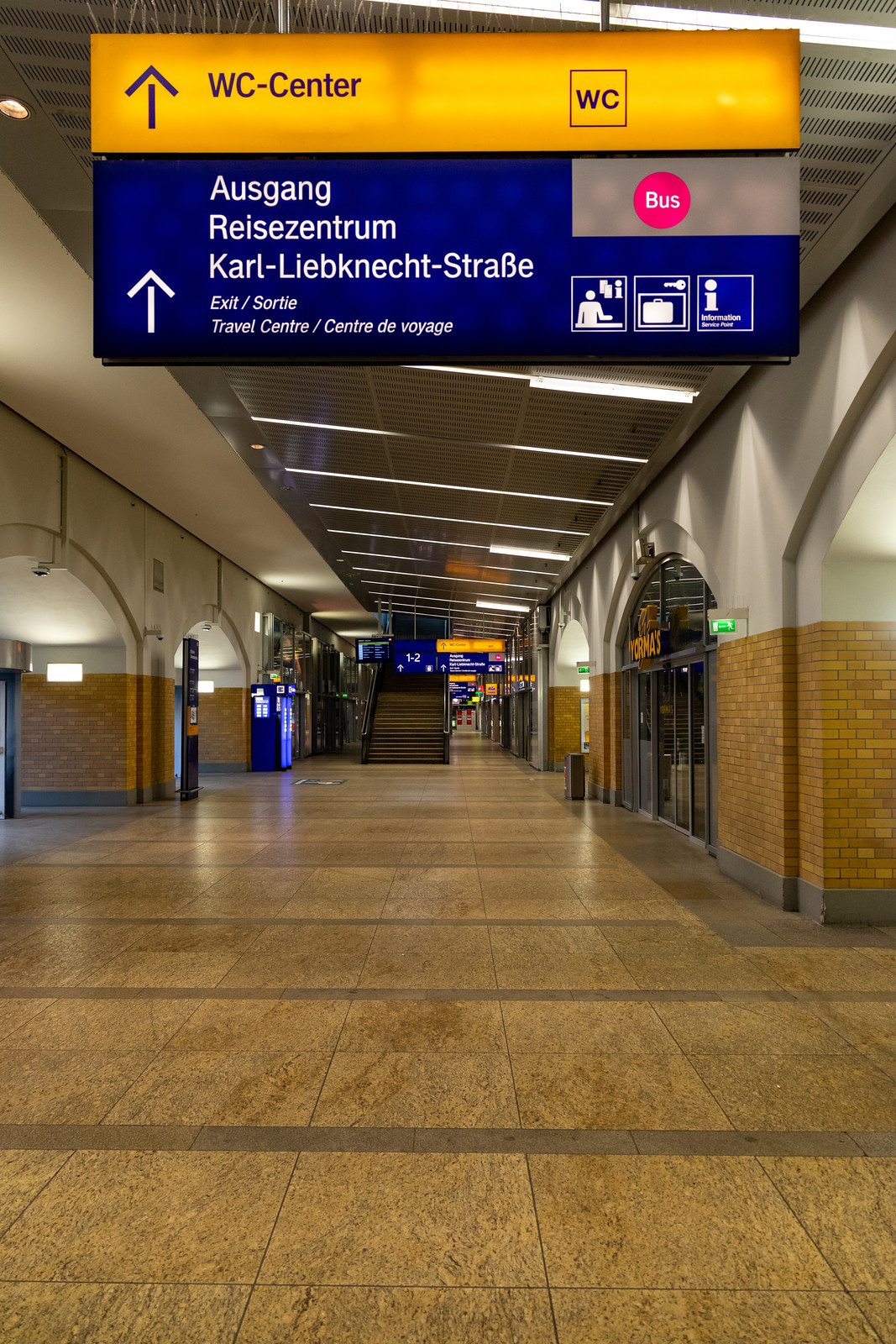 Im Bahnhof Alexanderplatz