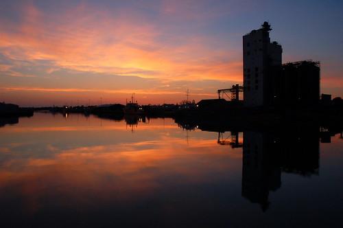 suffolk sunset sunsetlight dusk bluehour reflection reflections reflectionsinwater grainsilo lowestoft lowestoftharbour lakelothing evening eveninglight atardecer coucherdusoleil sonnenuntergang