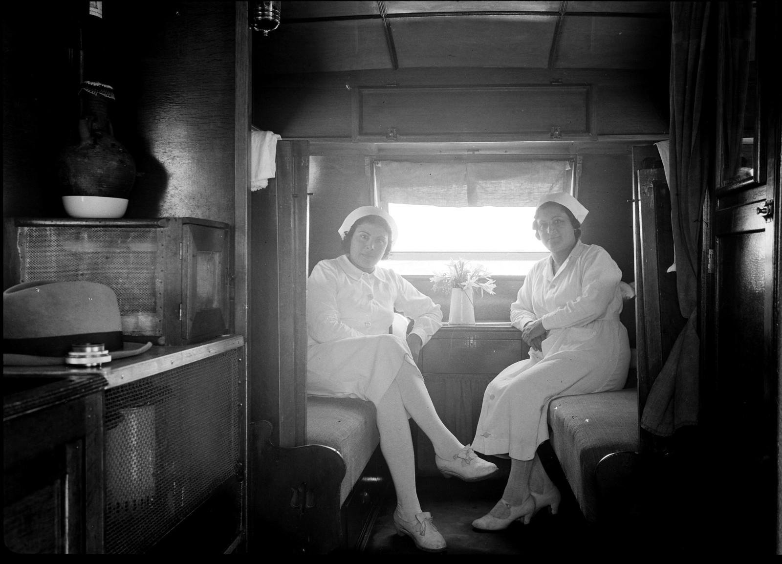 Интерьер спального фургона медсестер с пуллмановскими кроватями