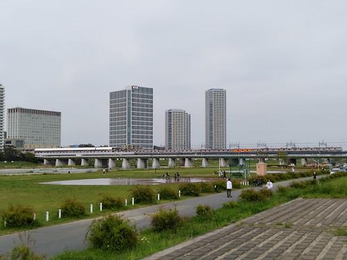 Rakuten Mini で撮った楽天本社 多摩川を挟んですぐそばの川崎市には2019年10月より電波が届いていたが、無料サポーター対象から外された