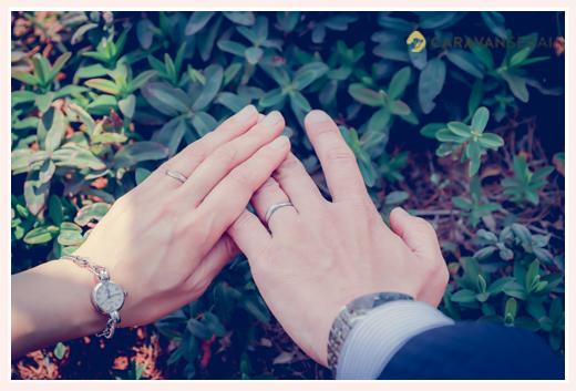 結婚指輪をはめた夫婦の手 結婚10周年記念の夫婦写真