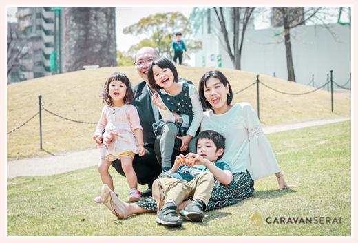 家族写真 緑の芝生の上で 愛知県名古屋市
