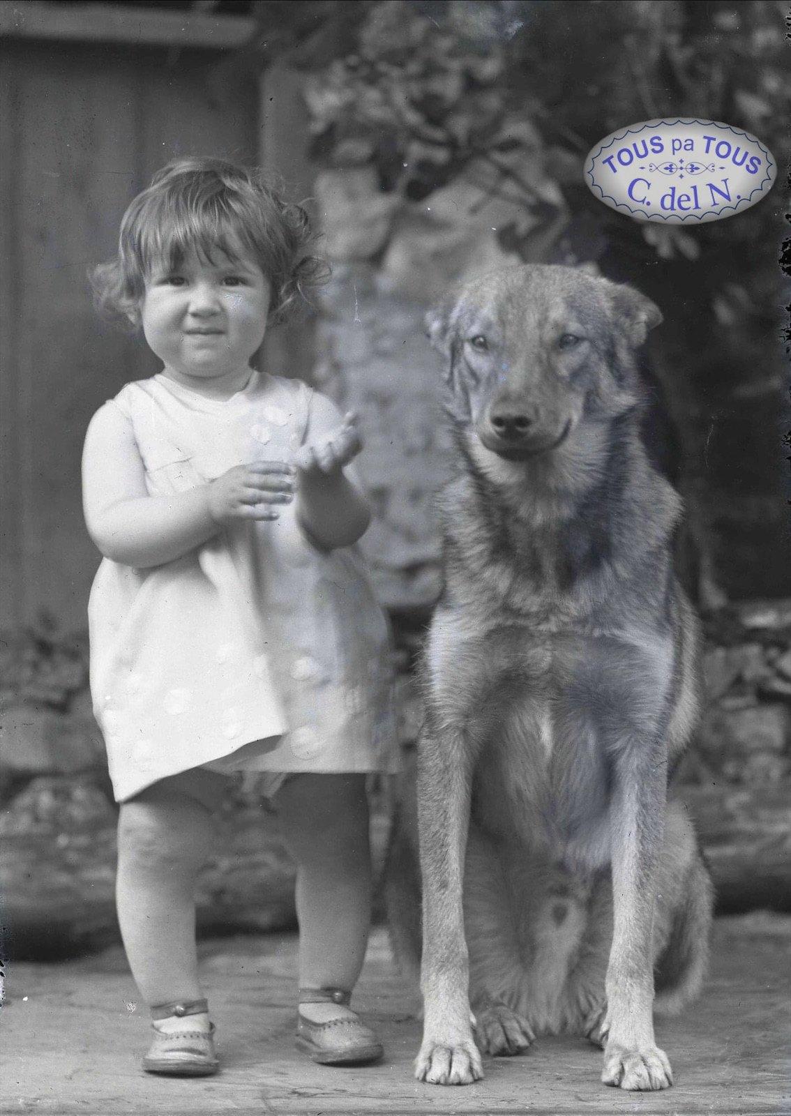 1930 - Niña con perro