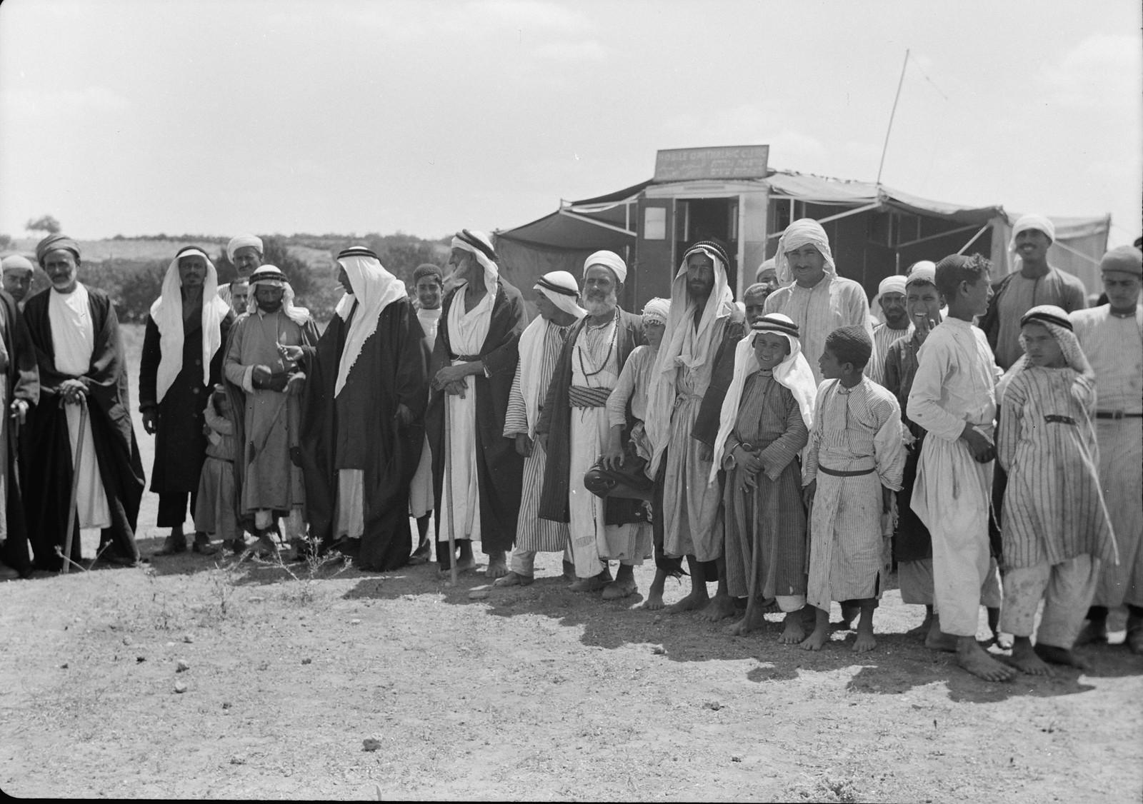 Жители деревни и бедуины собрались для лечения глаз.