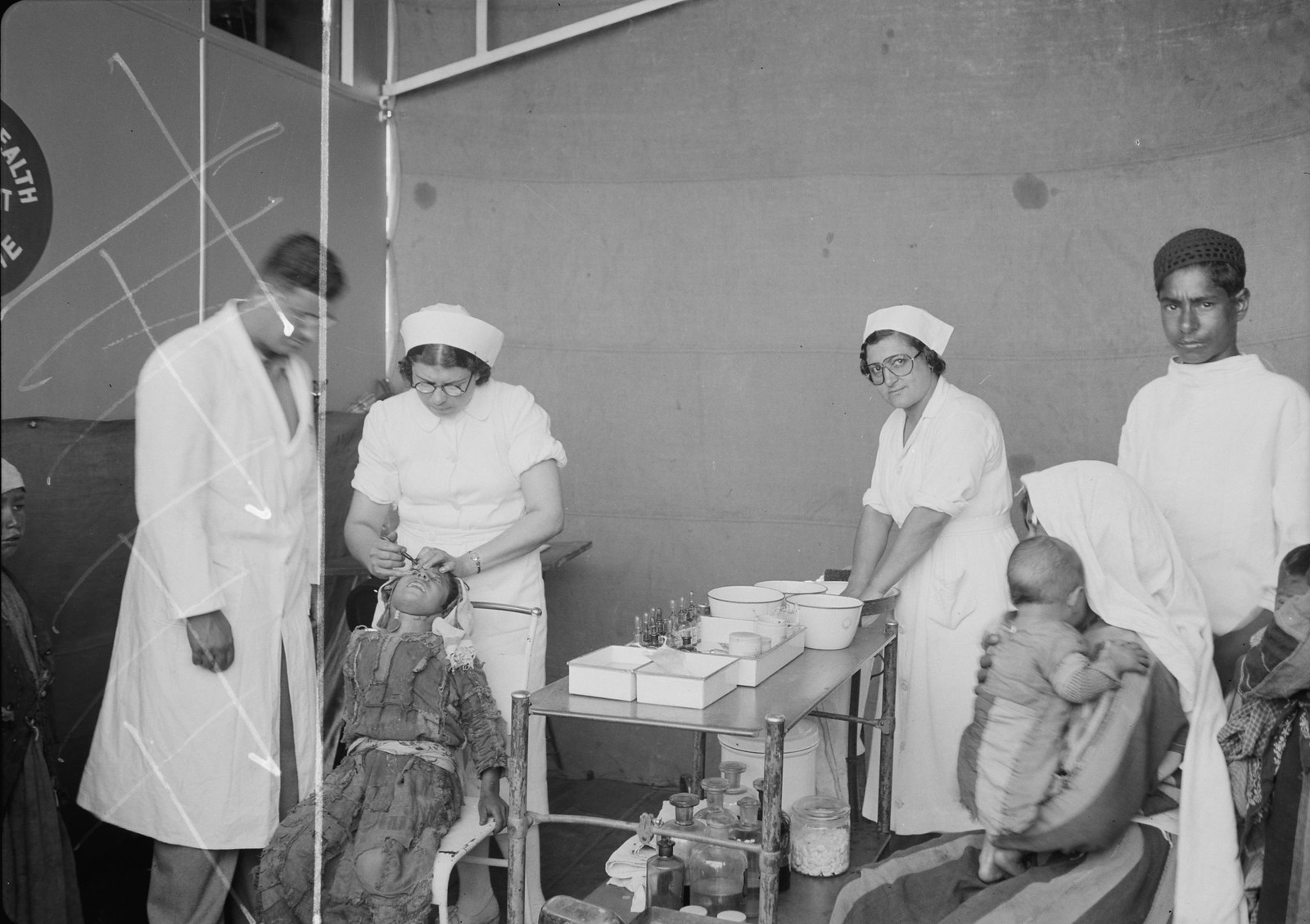 Медсестры проводят проверку глаз