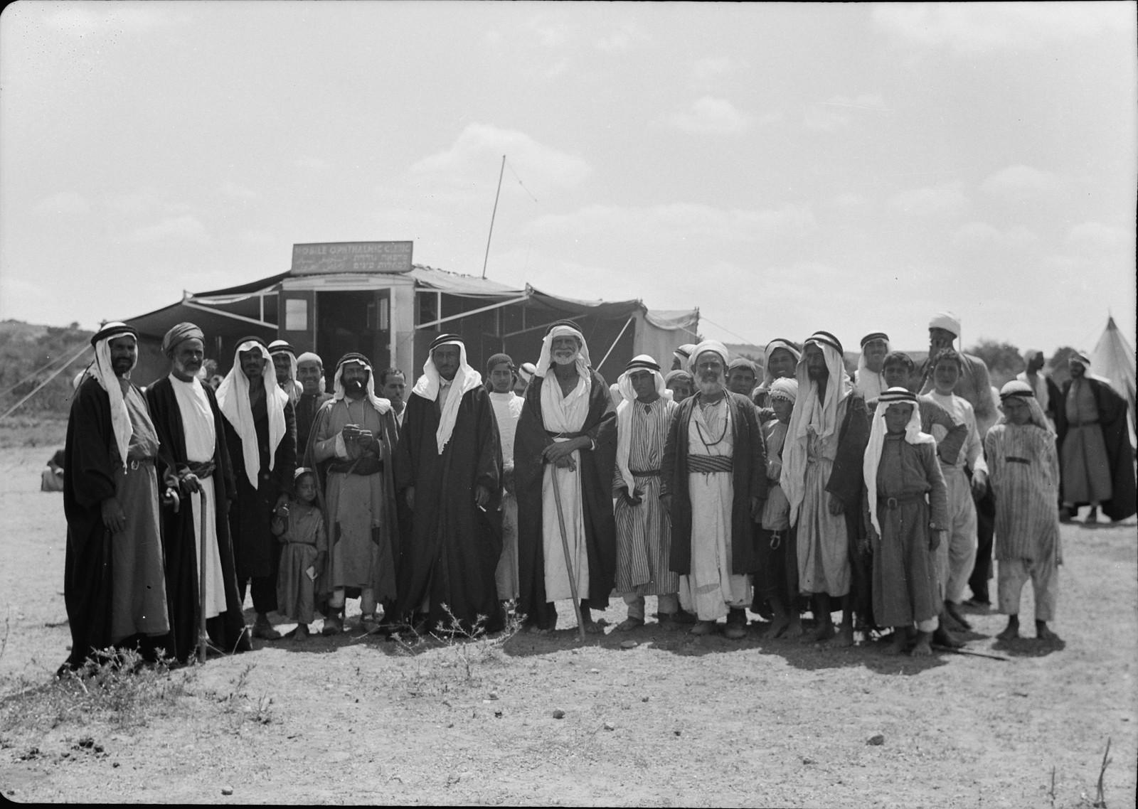 Жители деревни и бедуины собрались для проверки и лечения глаз